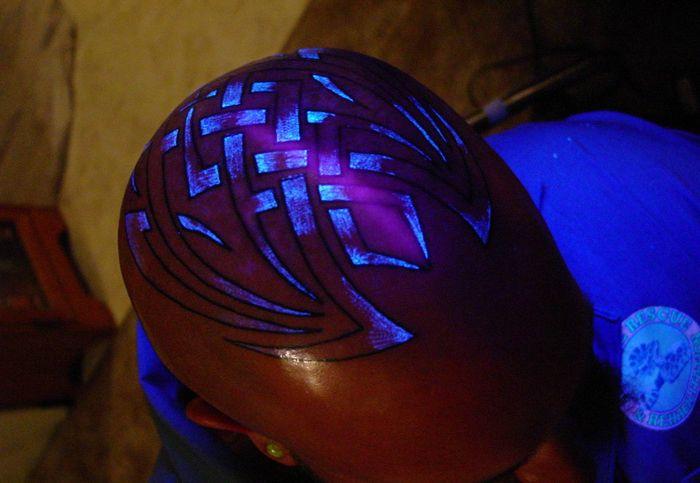 tatuajes fuera de lo comun. Nacen los tatuajes invisibles a la luz común, hechos con tinta