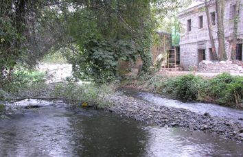 Los escombros en el cauce generan diques e islas.