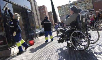 Protesta ante el ascensor paralizado, el pasado lunes · OLMO GONZÁLEZ
